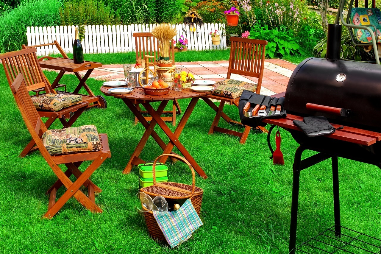Backyard-Summer-BBQ-Cocktail-Party-Or-Picnic-On-The-Lawn-Scene-And-Concept